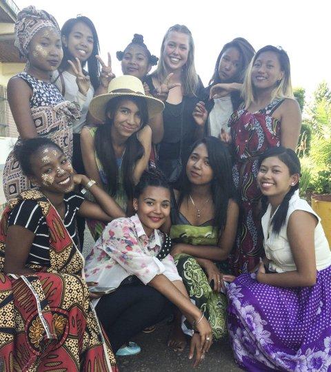 Mange bekjentskap: Anja reiser ofte alene, her er hun i Madagaskar med mange nye venner.
