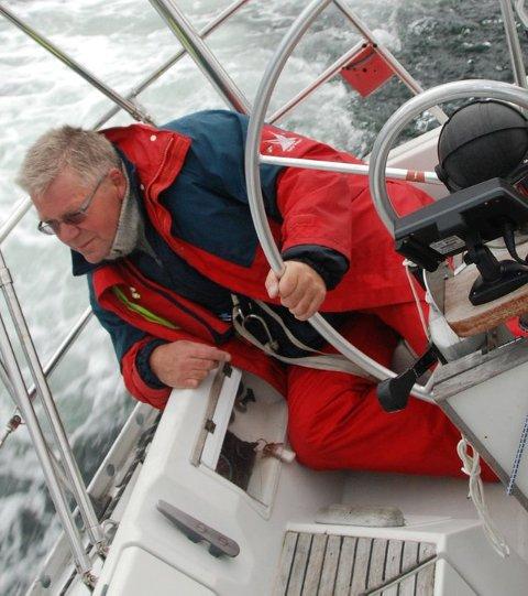 Steinar Ryvind i god fart i seilbåten.