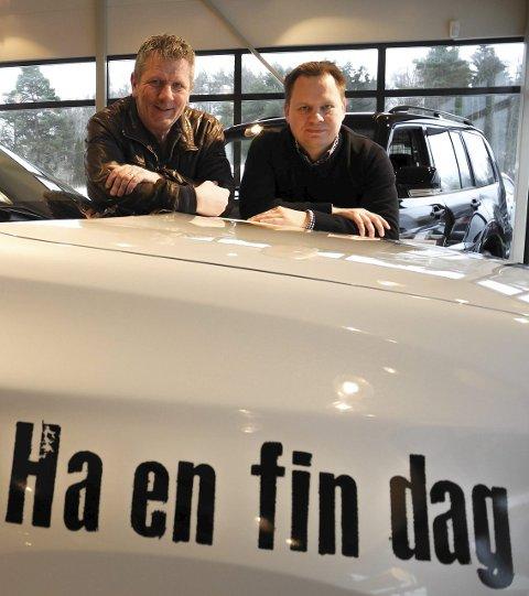 FORNØYDE: – Dette er Norges mest positive bil, sier ildsjel Tom Andreassen (tv) i H2H og salgssjef Atle Kristoffersen i Jensen & Scheele Auto.A
