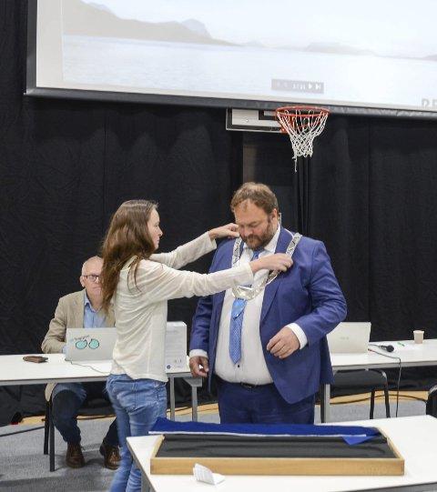 Fjordahallen: Kunstner Siri Kvalfoss plasserer det nye ordførerkjedet rundt halsen på ordfører Roald Aga Haug. Foto: Ernst Olsen