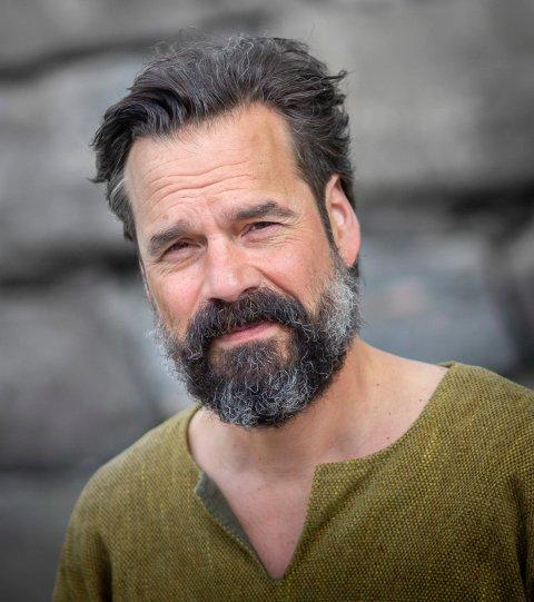 """SPILLER PÅ MOSTER: - Jeg klarer fint å kombinere det å jobbe offshore med å være skuespiller, sier  Håkon Karoliussen. Han er tilbake i Mostraspel-stykke """"I slik ei natt"""" i rollen som mostringen Åsmund."""