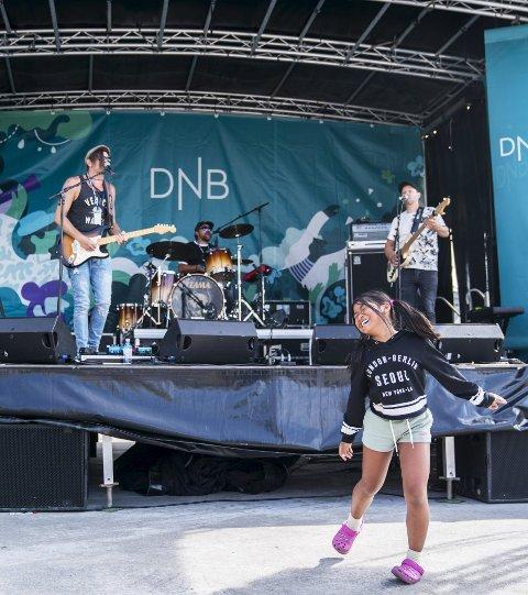 DANSEJENTE:  Phatsorn Nuon (10) danser til heftige bluesrytmer fra Cris Grey på gitar og vokal og  resten av The Bluespand på Indre kai fredag ettermiddag. Foto: Grethe Nygaard
