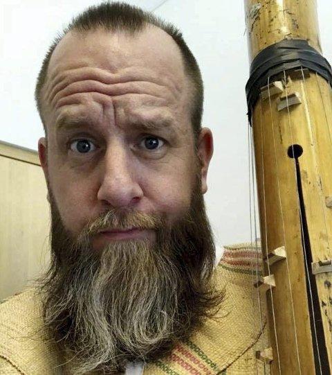 Med bambusharpe: Anders Rønningen spiller bambusharpe fra Madagaskar til inntekt for nytt orgel i Holmestrand kirke nå på søndag. Foto: Privat