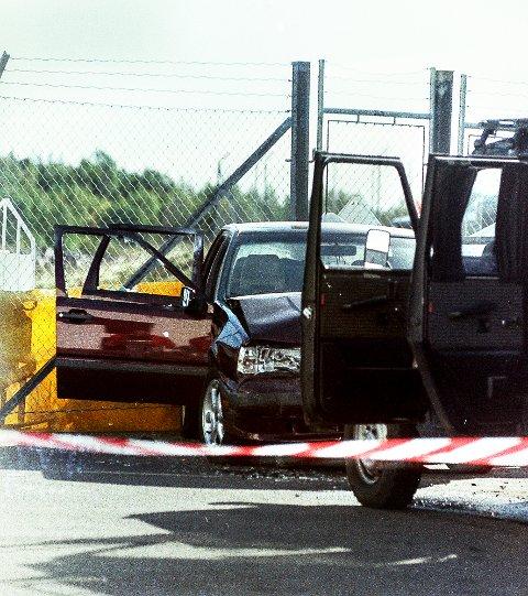 Avsluttet: En av ranerne er skutt og politiets geländerwagen har krasjet inn i Volvoen. Bildet er tatt en time etter at aksjonen ble avsluttet på Torp i september 1994. Foto: Terje Svendsen