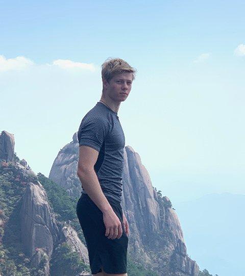 I KARANTENE: Amund Korsæth har satt seg selv i karantene etter han kom hjem fra Kina. Her er han avbildet på en fjelltur i Kina.