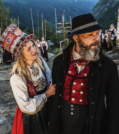 Forbudt kjærlighet: Mari, spilt av Ingebjørg Buen får ikke gifte seg med Øystein. (Stig Henrik Hoff til høyre)