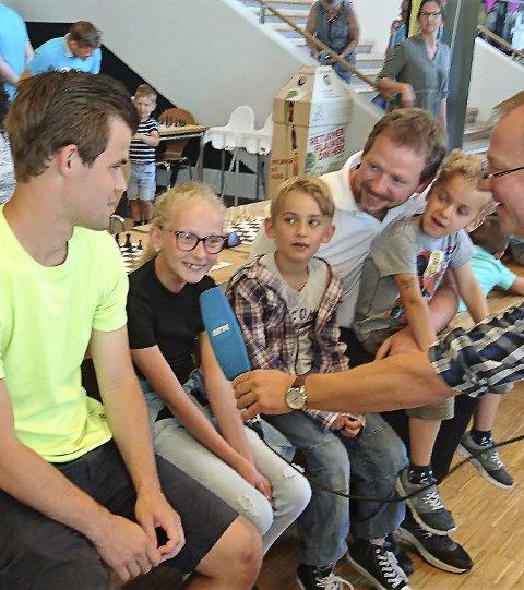 STORT: Familien Jahren, med Celine (12), Yno (8), Viktor (6) og pappa Ørnulf, fikk møte Magnus Carlsen og ble intervjuet av NRK under helgens sjakkarrangement i Skien.