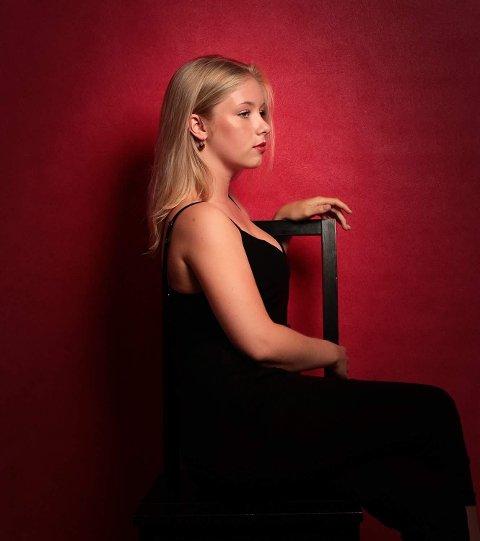 """Mina Nystad debuterer med sin første EP, """"Fender Rhodes"""", som er tilgjengelig på Spotify nå."""