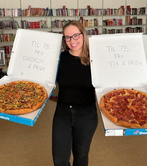 Gave fra Tix: Lærer Frida Andersen og klassen hennes på Hannestad skole fikk levert pizza fra artisten Tix og Håvard Lilleheie, som spiller Daidalos på NRK Super, etter deltagelsen i Alle mot 1 på NRK.