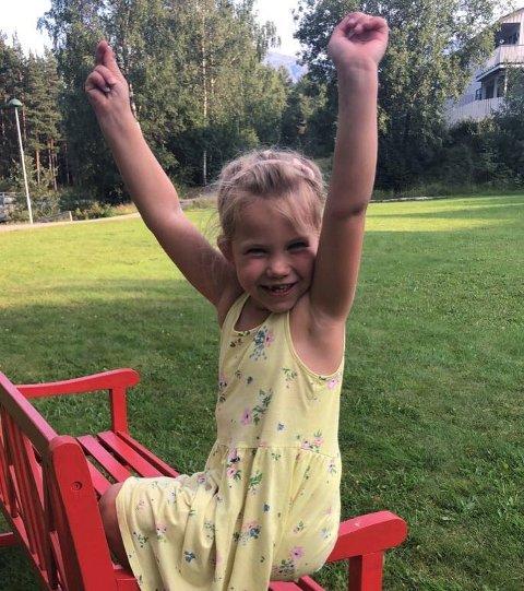 SKULESTART: Denne jenta, Isalina på 5 år, er superklar for skulestart på måndag.