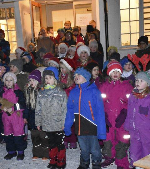 Julemedley: Hele skolen sang kjente og kjære julesanger i skolegården - flott instruert av musikklærer Sigrun Olimstad. Foto: Anne Dehli