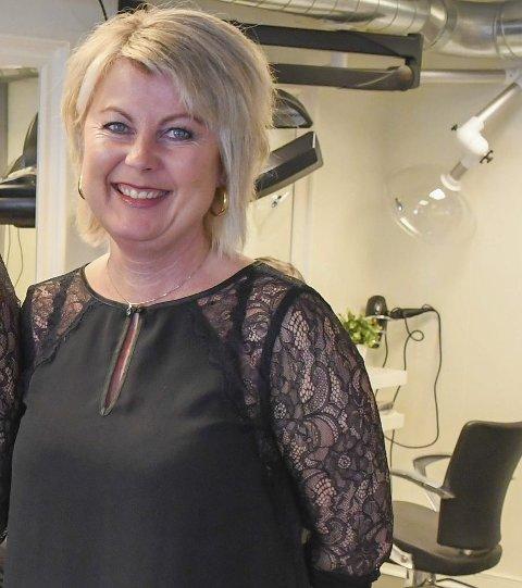 Venter: Åse Hilde Braaten regner med at det blir et rush av kunder og lange dager i frisørsalongen i Amtmannsvingen når frisørene får lov til å åpne igjen. Arkivfoto.