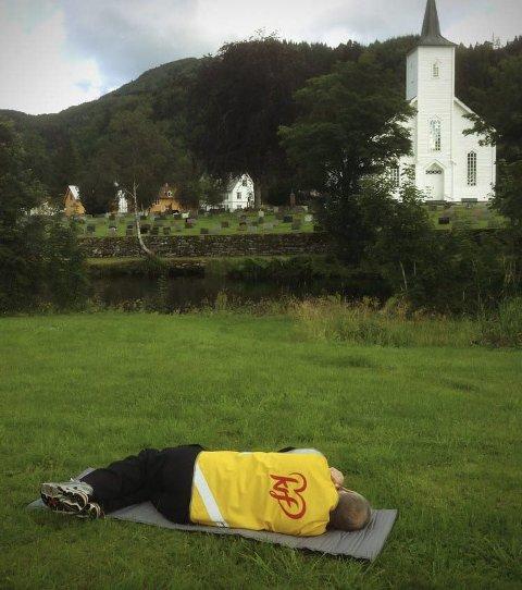 – Her var det godt å ligge. Fin utsikt var det og, var Hans Stav sin kommentar til gravplassen på Øyra. Foto: Ragnhild Stav