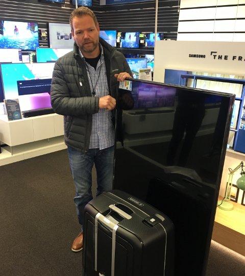 Utreder i Gjensidige, Espen N. Olsen, gjorde flere forsøk på å se om den 65 tommer store flatskjermen kunne passe i kofferten. Det viste seg å være komplett umulig.