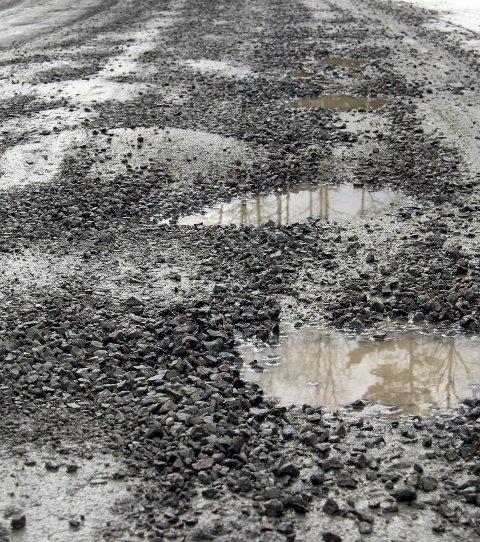 HULLETE: Slik ser veien ut mange steder langs fv. 345.