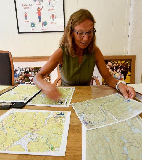 STUDERER LØYPA: Sidsel Mohn ser nærmere på kartene foran løpeturen fra Oslo til Bergen, som kalles Norges tøffeste terrengløp. FOTO: OLE JOHN HOSTVEDT