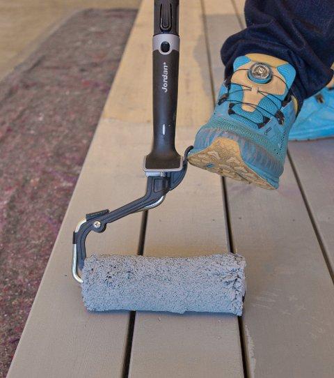 Terrassebeis skal kun påføres i ett sjikt, og ikke danne film på overflaten. Når beisen har trukket litt, må overskytende beis tørkes vekk.
