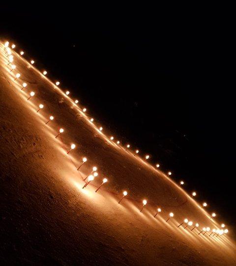 TENTE LYS: Varingskollen valgte fredag kveld å tenne lys formet som et hjerte.