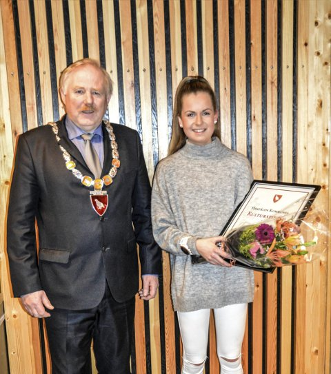 KULTURSTIPEND: Ingeborg Nordaune mottok kulturstipend. Her sammen med ordfører Jan Håvard Refsethås