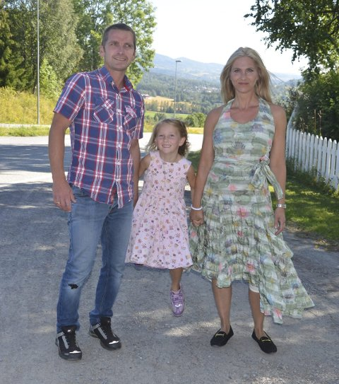 Første skoledag: Johanne Isabel Hanssveen ble fulgt til og fra skolen av mamma, Eli Krisitn og pappa, Pål Erik første skoledag.