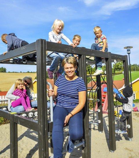 POPULÆRT: Det nye klatrestativet er populært. Her Monica Nysveen (foran) og pedagogisk leder Marianne Pedersen sammen med noen av ungene.