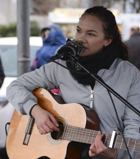 Sølvi Marie Berge song «Oh Holy Night» i paviljongen.