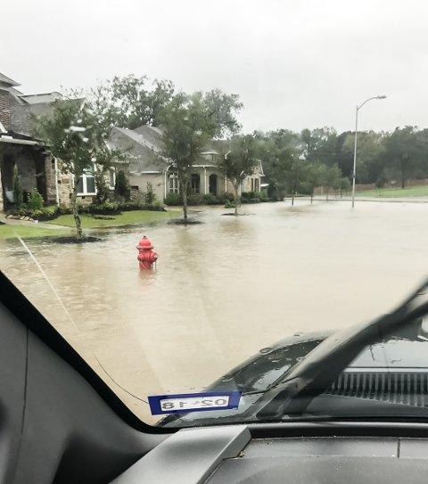 Vann i gatene: Her er gata nedenfor Cedar Woods street, gata der Kristina Westvang Piehl bor med familien sin i Texas.