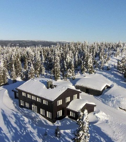 Høyt: Hytta ligger øverst i Digeråsen, med vidt utsyn.