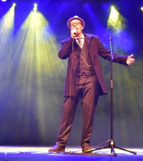 LITT SINATRA: Leon Seferi viste stemmeprakt og musikalsk mangfold på Løten ungdomsskoles høstforestilling
