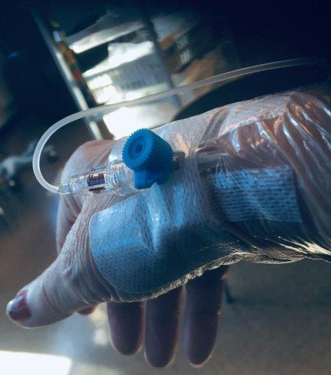 Hånden min under infusjonsbehandlingen idag. Et stikk, så er alt på plass.