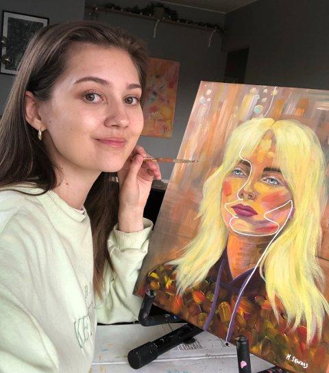 Marthe Skaraas sitt nye maleri er inspirert av artistene Billie Eilish og Astrid S. - Det er min absolutt favoritt, sier hun.