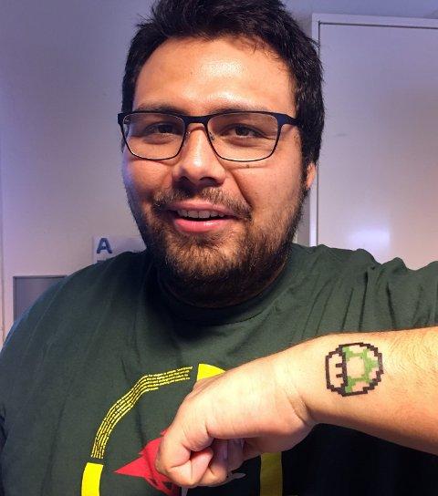 Constandino Leiva viser frem sin rykende ferske tatovering av et ekstra liv – slik det ser ut i Super Mario Bros.