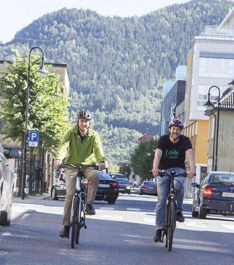 EL-SYKLER: Ordfører Bent Inge Bye (t.v) og Trond Solem – sykkelansvarlig for Buskerudbyen – luftet hver sine el-sykler i Mjøndalen til ære for fotografen. Målet er å få til en løsning der hver enkelt kan leie el-sykler.