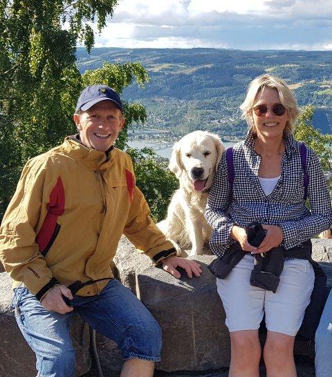 Martin Bodd og Kristin Nilseng koser seg på tur ved Lysgårdsbakken med hunden Choupette. Paret tilbringer mye tid sammen i Nilsengs hjemby, Lillehammer.