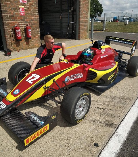 TIL RETTE: Edward Sander Woldseth fant seg raskt til rette i Formel 3-bilen og presterte svært gode tider under vanskelige forhold.