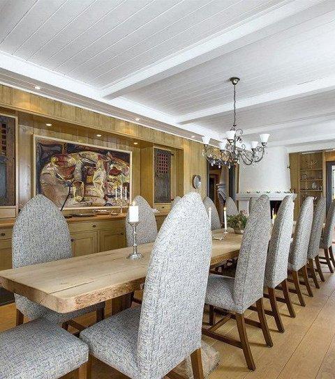 Romslig: Det er plass til mange rundt spisebordet.