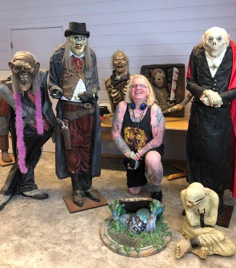 Dwight Halvorsen har en unik samling han gjerne vil selge slik at han kan kjøpe ny gravstein til sønnens grav.