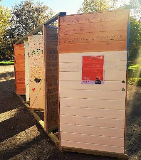 Kvernhuset-elever har på oppdrag fra Den norske kirke spikret opp sine egne «teser» på seks dører i Kirkeparken. Dørene er en installasjon som blir stående i uke 42 og 43.