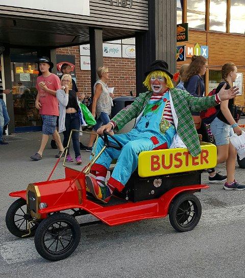 KLOVN: Klovnen Buster kommer til Gran. Pressefoto