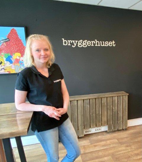 Mona Cecilie Johansen ved Bryggerhuset Syd ønsker ikke å åpne dørene til restauranten ennå på grunn av de lokale forskriftene.