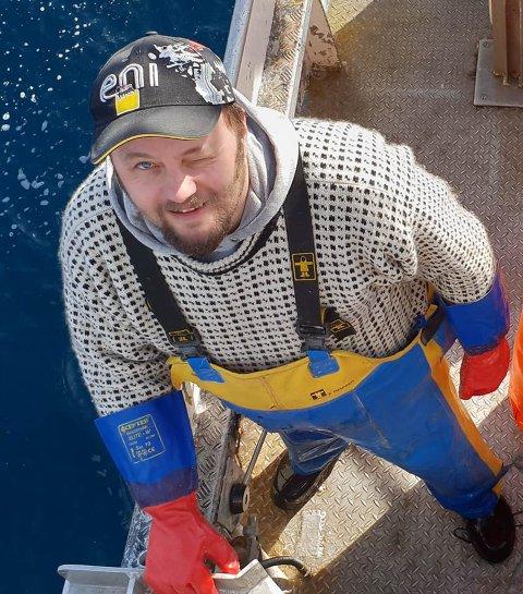 TJENER PENGER: Svein Vegar Lyder og de andre krabbekjøperne betaler nå fiskerne godt for den beste krabben. Det kan de gjøre siden markedet for kongekrabbe har tatt seg godt opp.