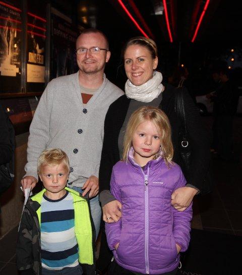 Ståle og Katrine Romstad hadde tatt med seg barna Viktoria (8) og Aleksander (5)for å se illusjonisten Alexx Alexxander overvinne gravitasjonen.