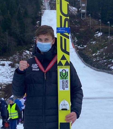 NM-GULL: Benjamin Østvold utklasset konkurrentene og vant NM i liten bakke på Voss.