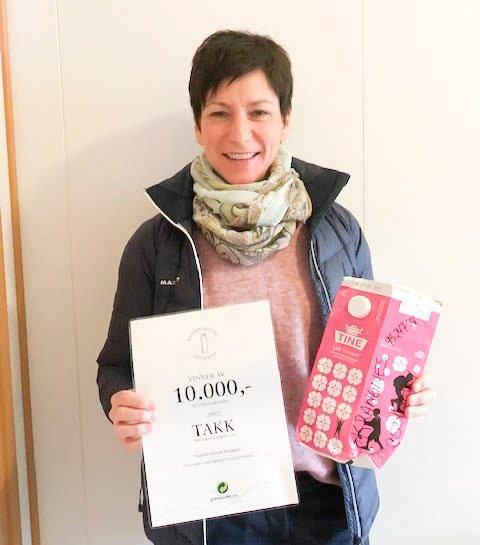 KARTONGDIPLOM: Gunhild Groseth Krangnes med melkekartongen og diplomet som er bevis på at hun vant i lotteriet.