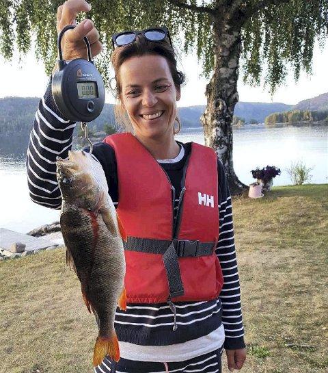 UKAS FISK: Cecilie Larsen Elsebutangen fra Lørenskog fanget denne abboren på ett kilo i Tokevannet i Telemark. Det holder til å vinne premien som ukas fisk i Romerikes Blads fiskekonkurransen.