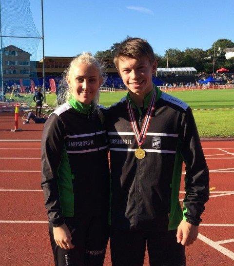 GODE: Fredrik Gudheim Haraldstad og Sofie Skaftun tok hver sin medalje i Ungdomsmesterskapet i friidrett. Det var klassekameratene på St. Olav vgs godt fornøyd med. Foto: Privat