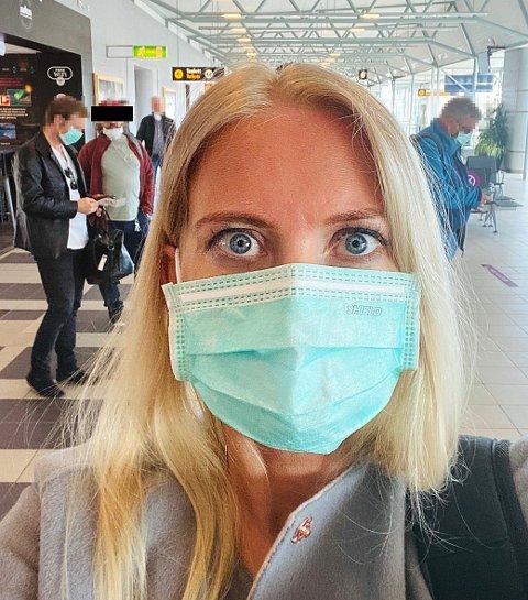 GJØR DET GALT: Lill Sverresdatter Larsen er leder av Norsk sykepleierforbund. Hun reiste fra Tromsø lufthavn Langnes denne uka og observerte mange med feil bruk av munnbindet. Nå advarer hun mot økt smitterisiko.