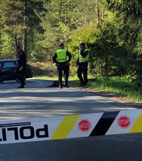 Jobber på stedet: Politiet og Statens Vegvesen jobber med undersøkelser på ulykkesstedet på Simonstad i Åmli.