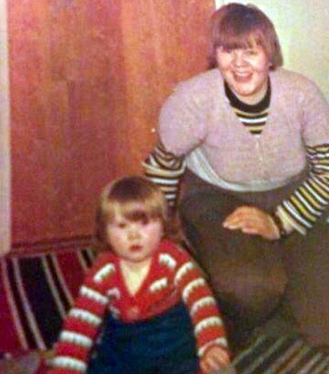 Dette bildet er et av de som Kari Anne har av seg selv og sin mor. Ingrid Oline Thomassen ble 23 år gammel. Hun ble funnet i havnebassenget i Honningsvåg og omstendighetene rundt hennes død ble etterforsket av Kripos. Foto: Privat