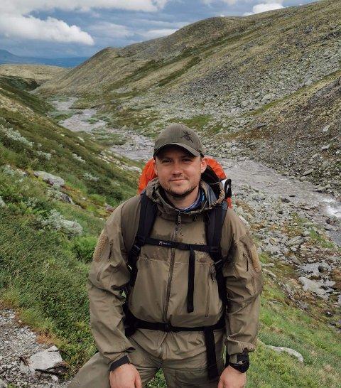 MÅ VÆRE EGNET: Henrik Fjeldbu Johansen jobber som lærer ved Vennersberg skole. Samtidig tar han andre året på lærerutdannelsen. Han føler at personlig egnethet er viktigere enn mattekravet.